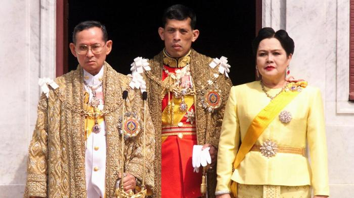 dec-5-1999-thai-king-bhumibol-adulyadej-crown-prince-maha-vajiralongkorn-and-queen-siriki